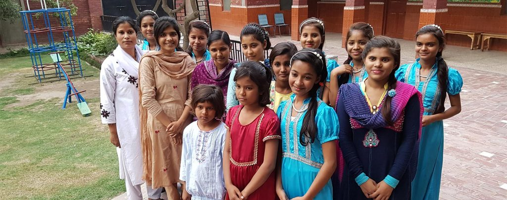 Junge christliche Frauen in Pakistan sind mit Diskriminierung, Ausgrenzung und Armut konfrontiert