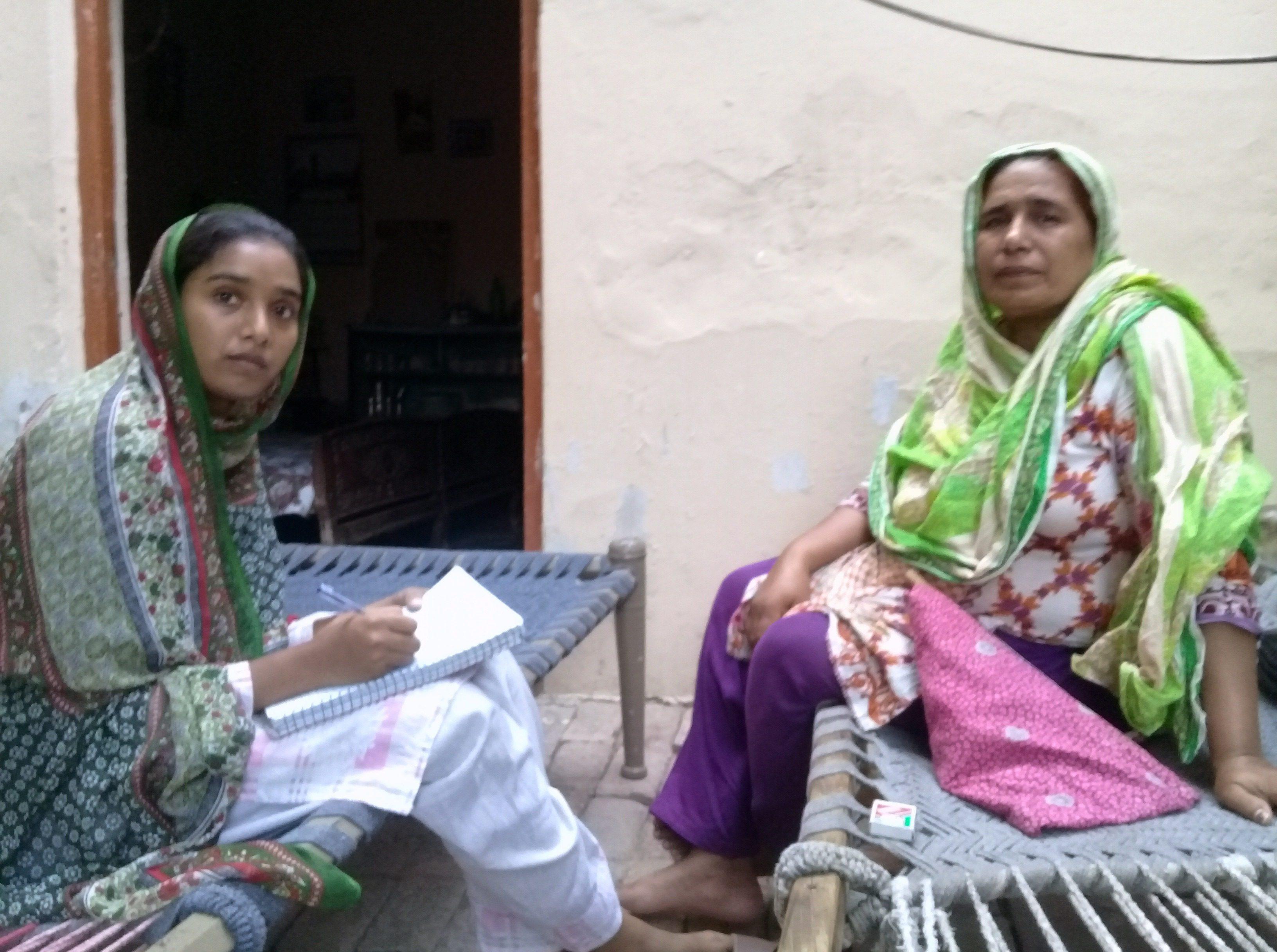 Paksitan, Sargodha, 2018 Daughter Meerab Gulzaar and her monther Naasra Bibi at their home. Nach fünf Jahren Ehe adoptierten Gulzar Masih und seine Frau, ein katholisches Paar, mit Hilfe eines Familienfreundes ein kleines Mädchen aus einem örtlichen Krankenhaus. Das Mädchen hieß Meerab. Meerab, der heute 19 Jahre alt ist und in Sargodha, Pakistan, lebt, spricht über die schwierigen Realitäten ihres Lebens und ihre Ziele für die Zukunft an die Pontifikalstiftung Aid to the Church in Need.