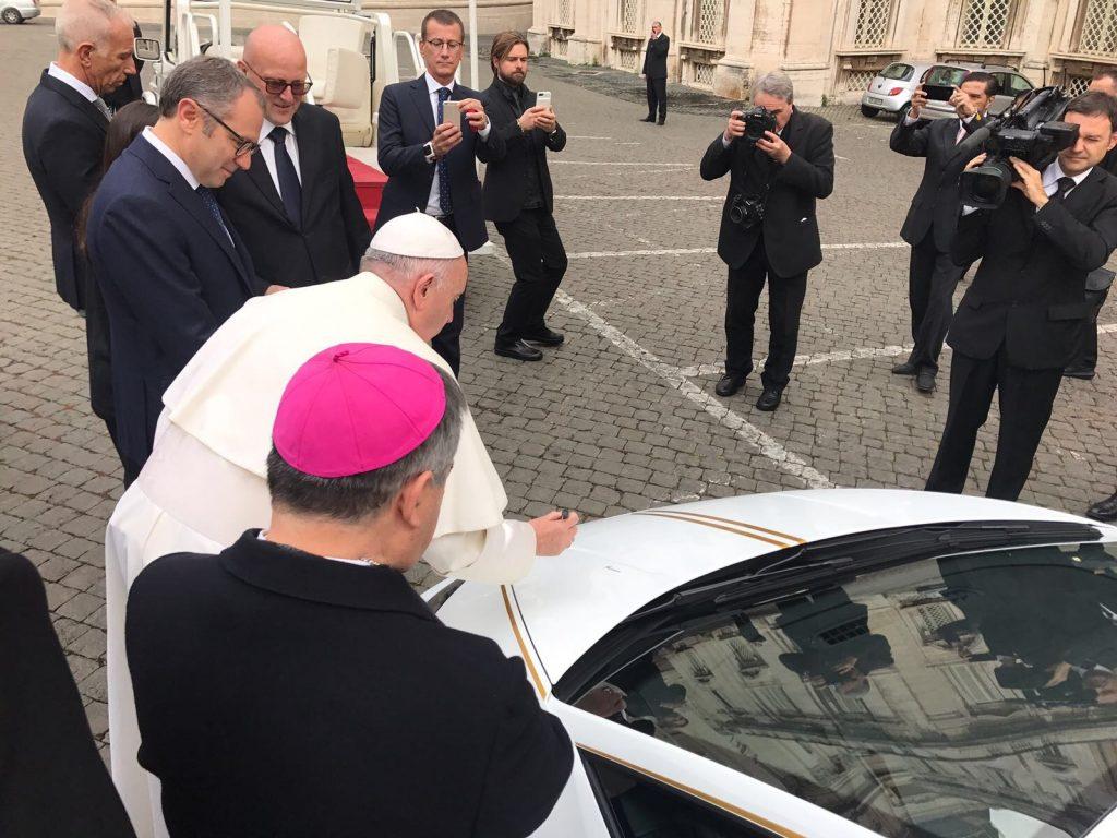 """KIRCHE IN NOT """"verwandelt"""" den vom Papst geschenkten Lamborghini in einen Kindergarten und ein Zentrum für Christen in Ninive"""