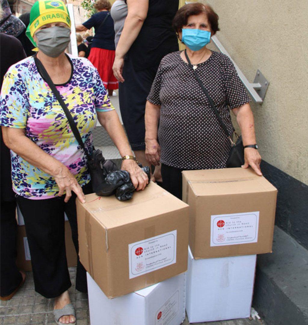 Frauen aus Beirut mit Hilfspaketen von KIRCHE IN NOT.
