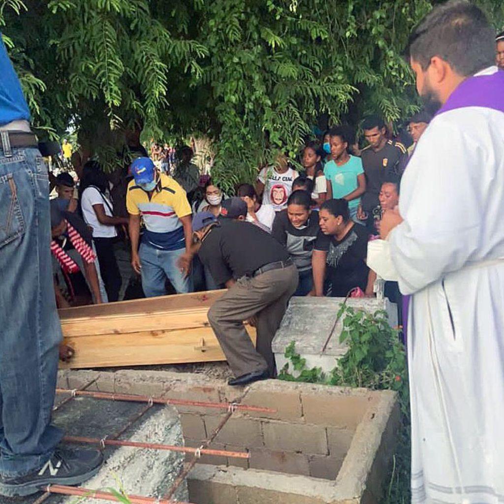 Beisetzung eines Opfers, das bei der Flüchtlingskatastrophe vor Venezuela ums Leben kam.